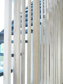 exotisch hardhout voor de afscheiding tussen trap en gelijkvloers