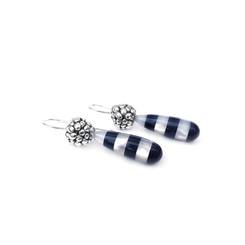 Zilveren besjes met druppels van parelmoer en onyx