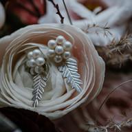 Zilveren blaadjes oorstekers met parels