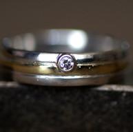 Witgouden ring met geelgoud en diamant