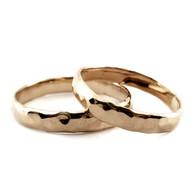 Gehamerde gouden trouwringen