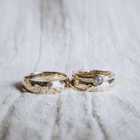 Gehamerde trouwringen in geelgoud