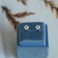 Gouden oorstekers met parelmoer bloemetjes