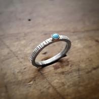 Zilveren gehamerde ring met turkoois