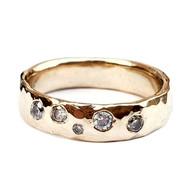 Gehamerde geelgouden ring met diamanten