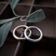 Gegoten ringen in witgoud en geelgoud