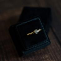 Gouden ring in geelgoud met roos diamant