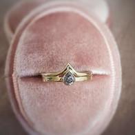 Verlovingsring in geelgoud en salt & pepper peer diamant