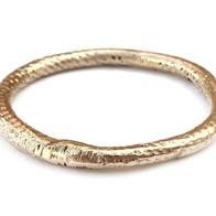 Gouden ring met ruwe structuur