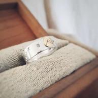 Zilveren ring met gouden symbool en diamantjes
