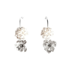 Oorbellen van zilveren bloemen met parels