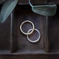 Gegoten ringen in goud en zilver