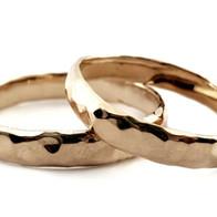 Gouden gehamerde ringen