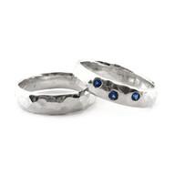 Gehamerde zilveren ringen met blauwe zirkonia's