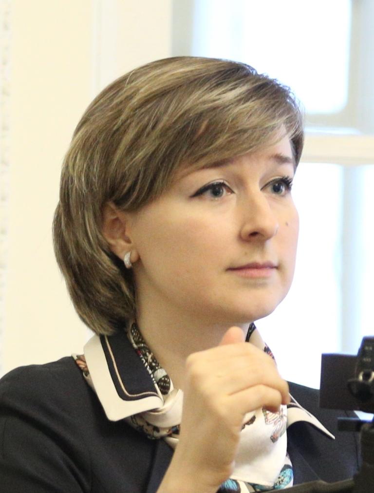 Е.Тарасова слушает репетицию