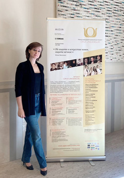 Елена Тарасова у баннера OPUS UNIVERSUM