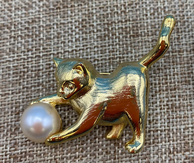 Pin- Cat holding pearl gold tone.