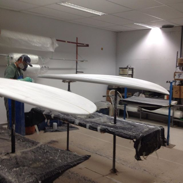 Sup 8'8_ e long 9'4_ Leomil Surfboards sendo laminados na Reaction !!#ondas #praias #maresias #surf