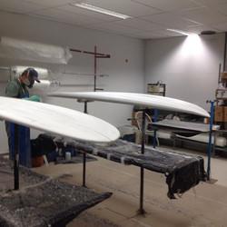 Sup 8'8_ e long 9'4_ Leomil Surfboards sendo laminados na Reaction !!#ondas #praias #maresias #surf