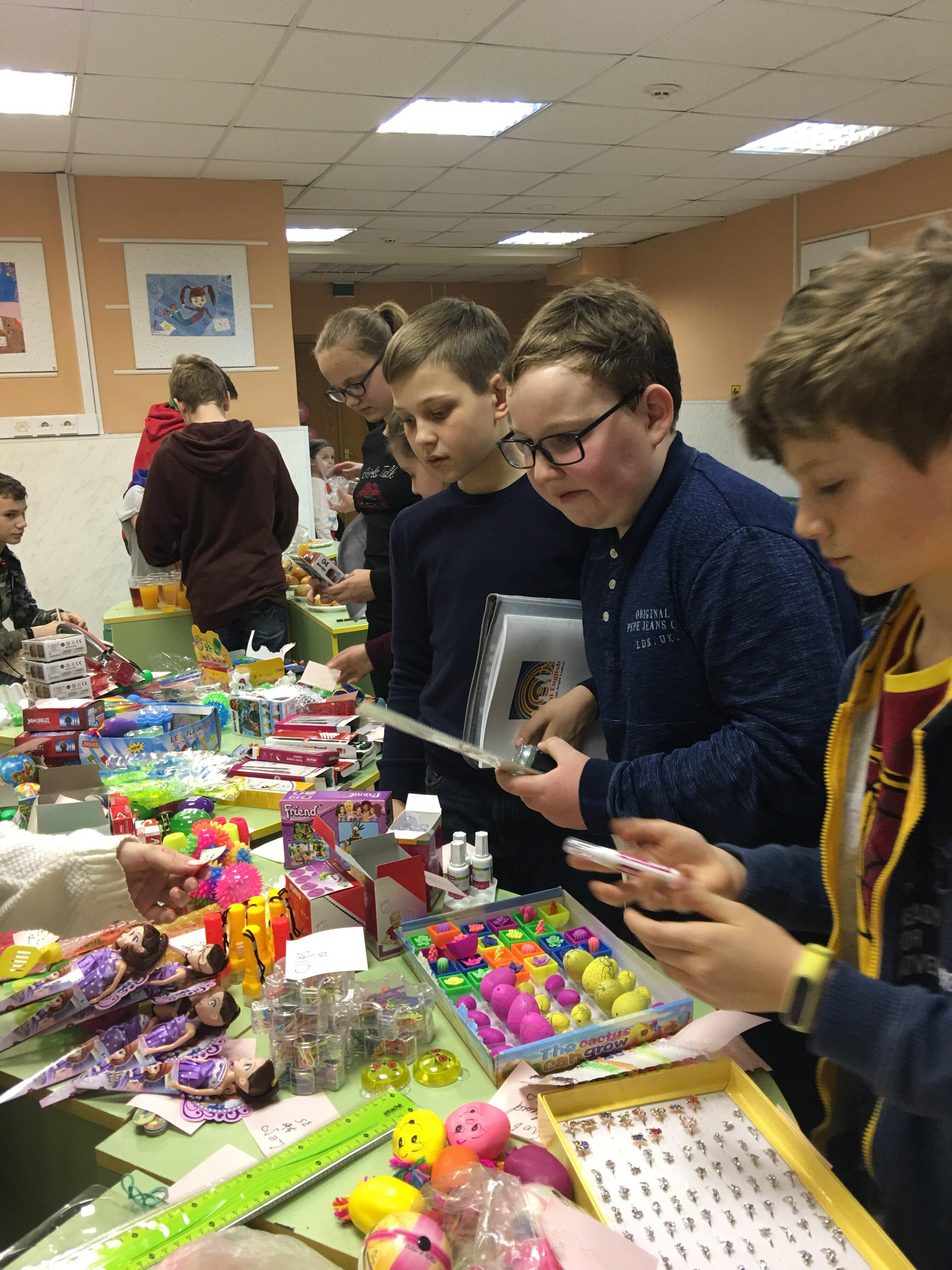Дети покупают подарки