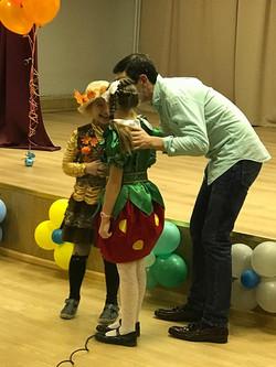 Дэниел играет с детьми