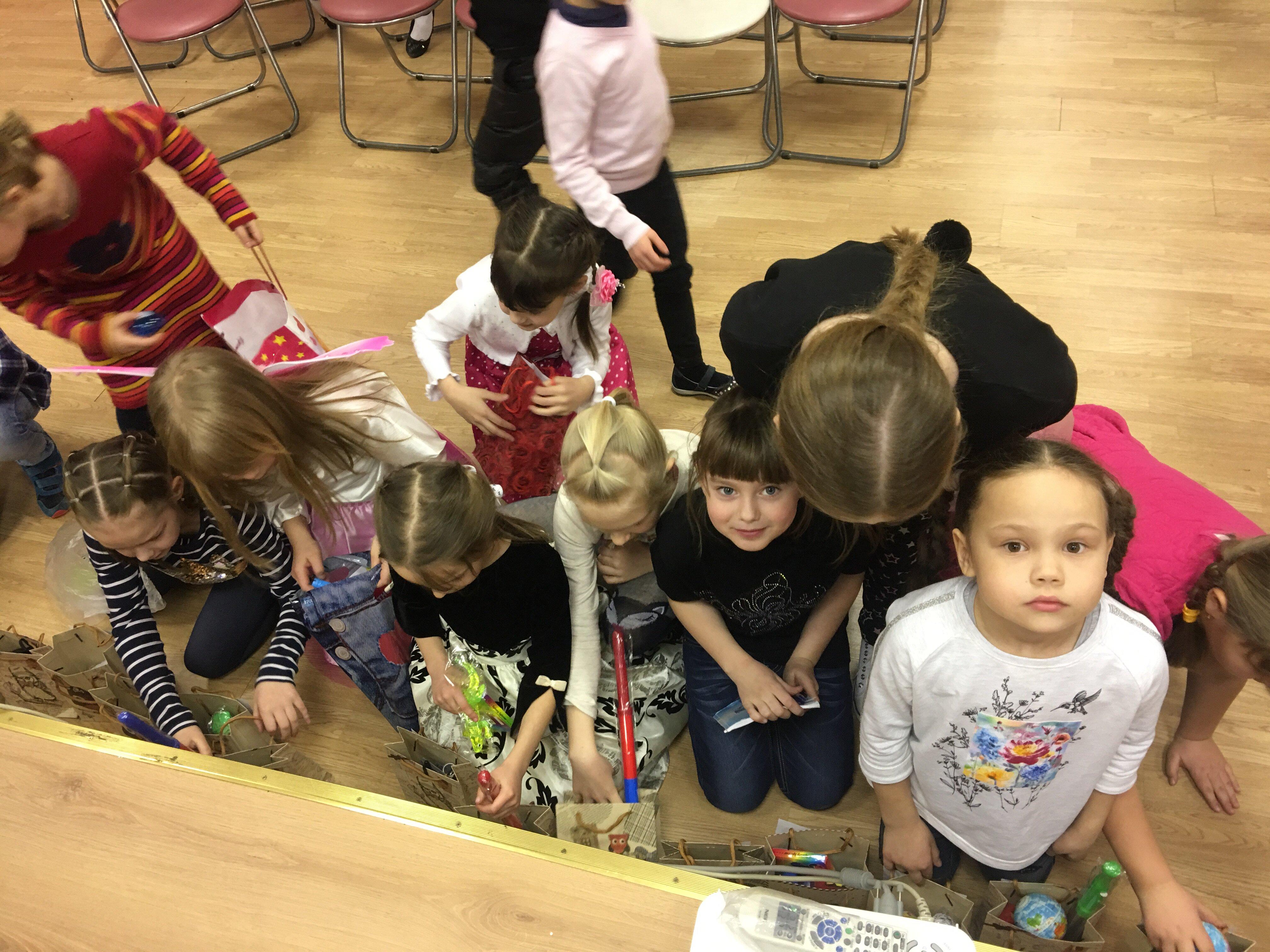 Девочки дарят подарки мальчикам