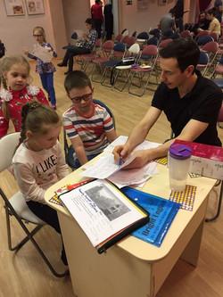 Дети разговаривают с Дэниелом