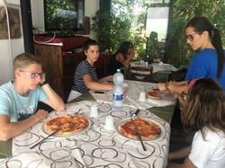 Едим пиццу,приготовленную своими рук