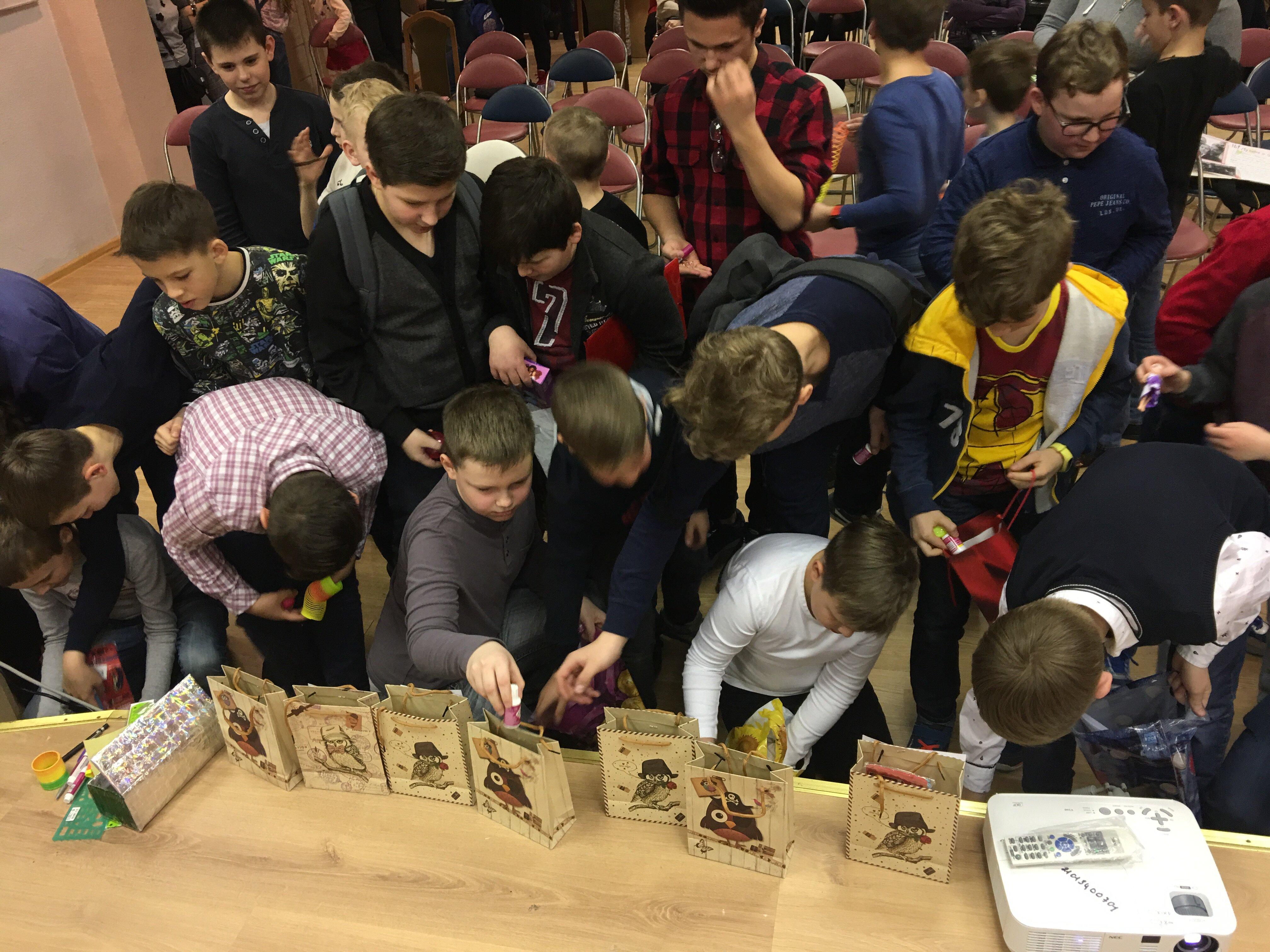 Мальчики дарят подарки девочкам