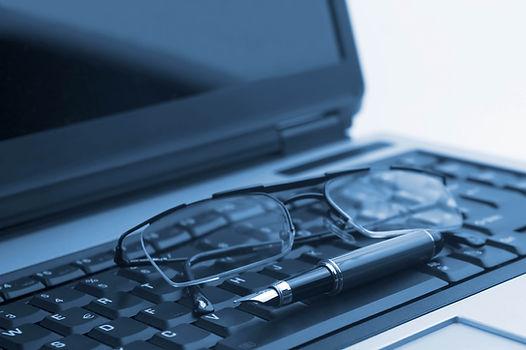 Pen-glasses-keyboard-laptop-black-and-white-1031972.jpg