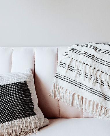 Travesseiro e cobertor no sofá