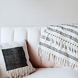 Almohada y manta en el sofá
