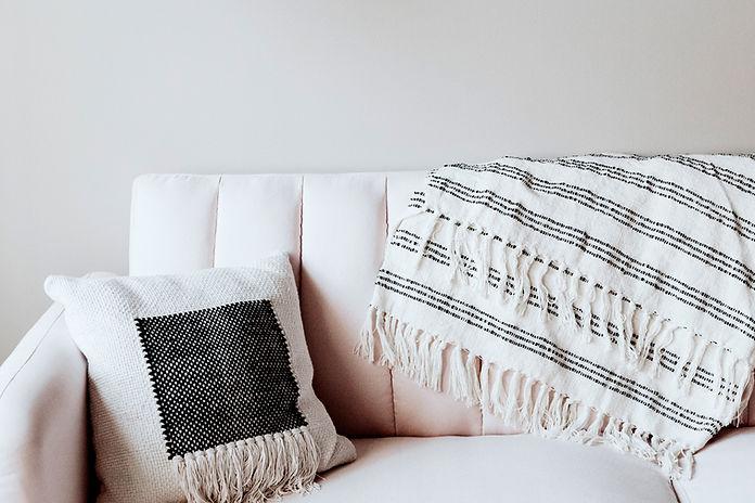 Kussen en deken op de bank