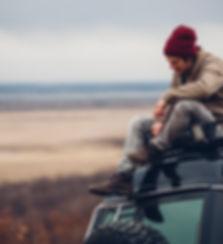 Kerl, der auf Auto sitzt