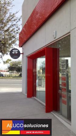 Instalación de Panel de Aluminio en color Rojo