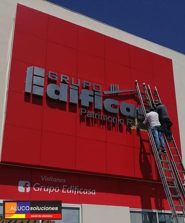 Instalación de Panel de Aluminio y letrero en fachada