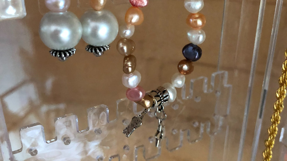 Bracelet and matching earrings = Pearls