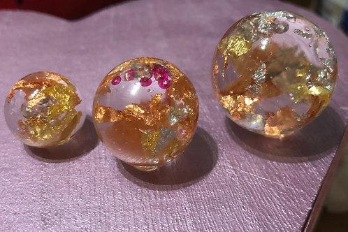 drie balletjes met goudblad