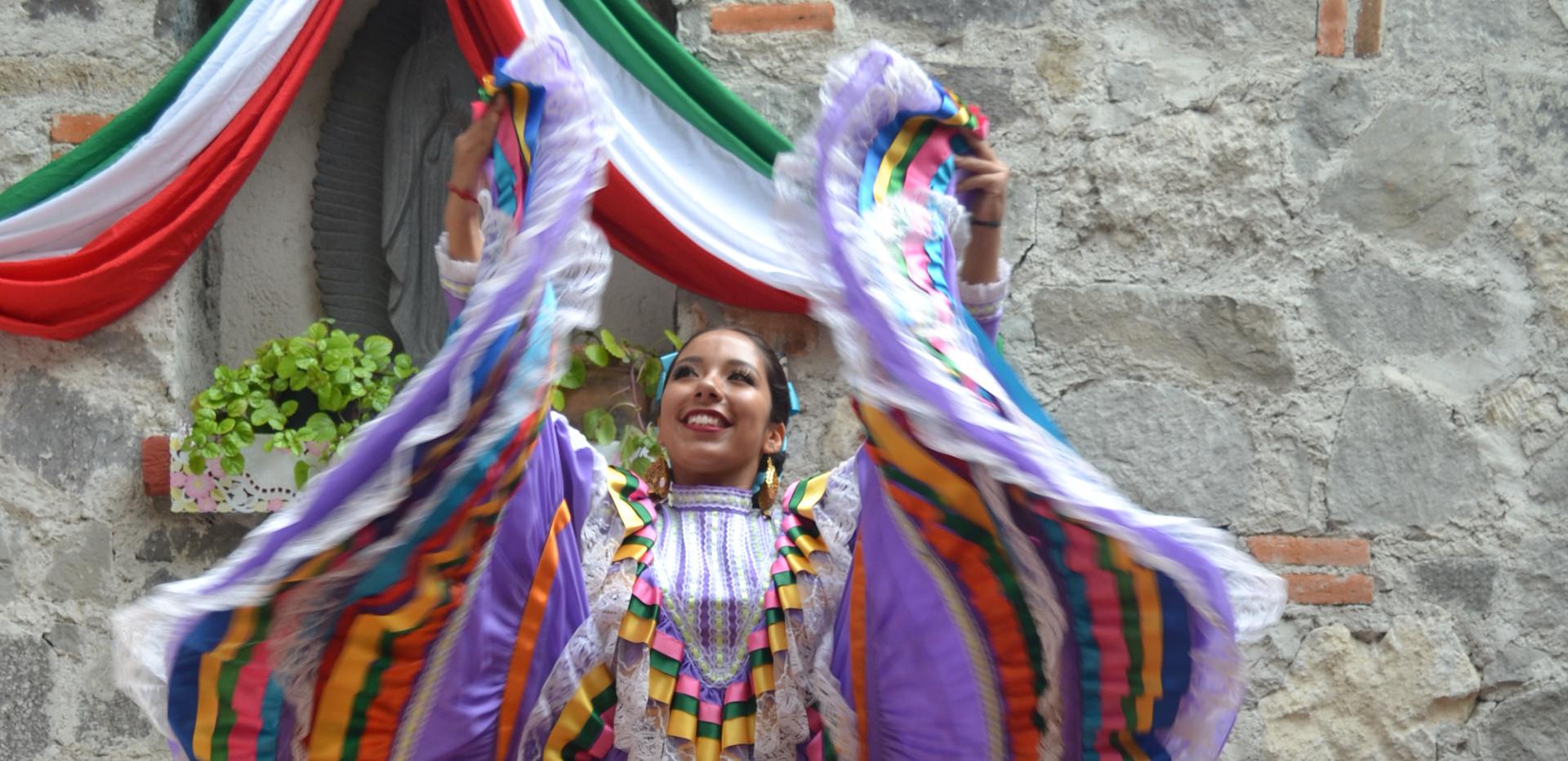 PRESENTACIÓN DEL GRUPO DE DANZA FOLKLÓRICA EN EL 209 ANIVERSARIO DE LA INDEPENDENCIA DE MÉXICO