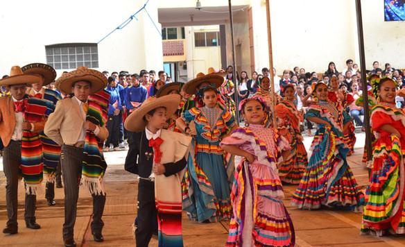 PRESENTACIÓN DEL GRUPO DE DANZA FOLKLÓRICA DE NUESTRA INSTITUCIÓN EN EL 209 ANIVERSARIO DE LA INDEPENDENCIA DE MÉXICO