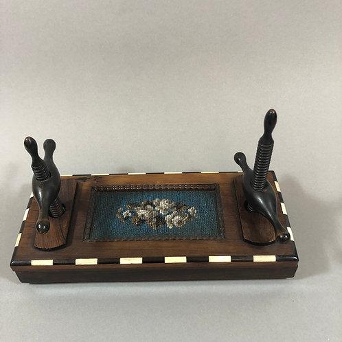 Biedermeier Kartenpresse mit Perlenstickerei
