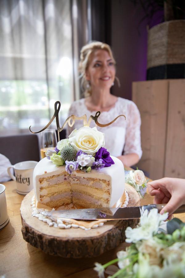 _MG_9582 aangesneden taart met bruid Jpe