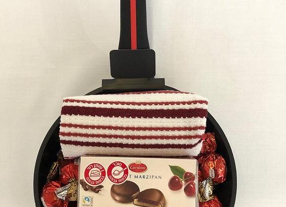 מארז מחבת 24 ס״מ עם מגבות מטבח ושוקולד מרציפן