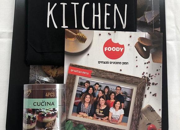 מארז עם משטח לתנור, ספר בישול של גודיס, סינר וקופסא של חותכנים לעוגיות