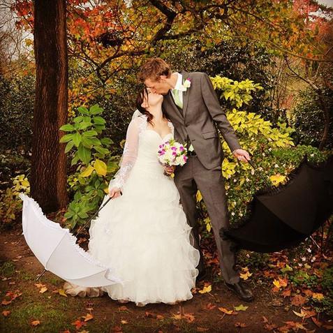 #autumn #wedding #kissing #umbrella.jpg
