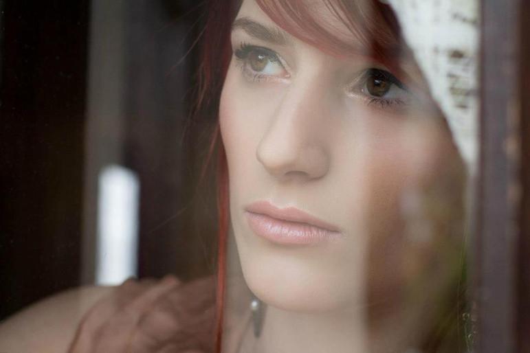 Portrait à la fenêtre