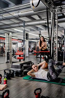 VanessaundSaskia_Arcadium-Fitness-Sports-Ansbach-Fitnessstudio-Gym-Krafttraining-Powerplat