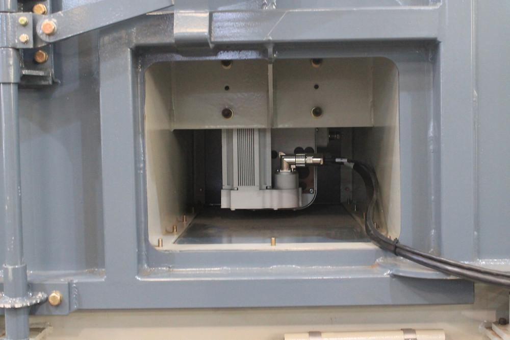 Eje auxiliar del robot de una maquina de granallado que usa dos tipos de abrasivos