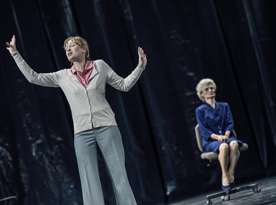DER FISKUS, Felicia Zeller/Theater Ulm - Regie: Cremer/ Asstattung: Mollérus/ Musik: Kämmerer/ ELFI NANZEN: Ostapenko/  BEA MTINNEN: Mayr