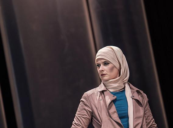DER FISKUS, Felicia Zeller/Theater Ulm - Regie: Cremer/ Asstattung: Mollérus/ Musik: Kämmerer/ FATMA TABAK: Kerkhoff